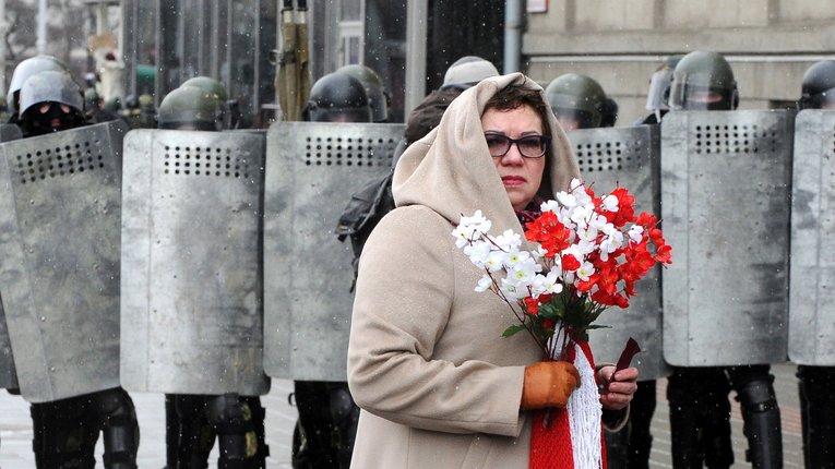 На вулицях силовики та біло-червоно-білі стяги: білоруси святкують День волі