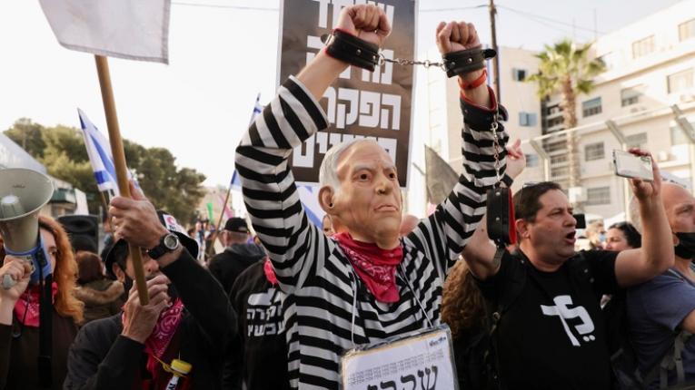 Нетаньягу має сидіти у тюрмі, а не в кріслі прем'єр-міністра, — невдоволені ізраїльтяни