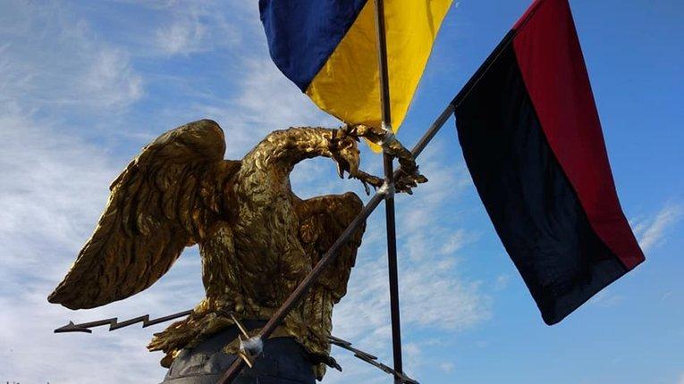 Комунальники зняли українські прапори з монумента Слави в Полтаві