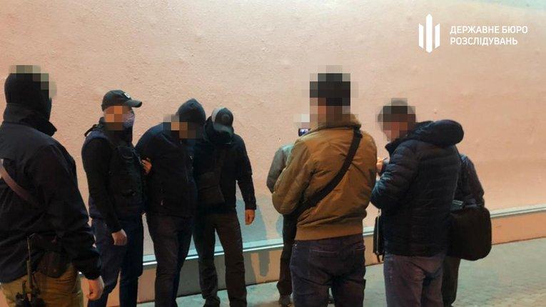 ДБР затримало одного з керівників міграційної служби, який за хабарі легалізовував іноземців