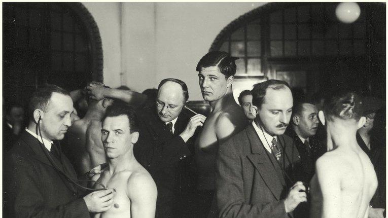 О. Хома (в центрі кадру) на медогляді перед поєдинками чемпіонату Польщі (Познань, 1935 р.)
