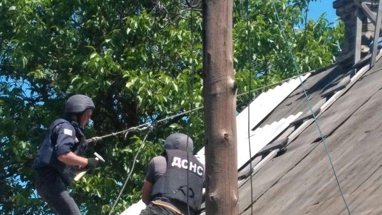 В ДСНС розповіли про рятувальників, які відновлюють будинки українців зруйновані терористами
