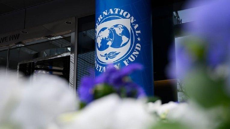 Україна продовжує кланятися МВФ, ніби священним коровам, а вони нас заганяють у ще більші злидні
