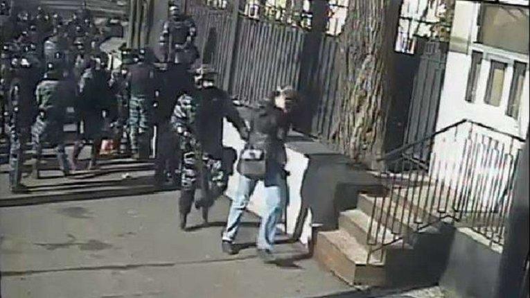 """""""Нормальний такий міністр"""": Учасник побиття журналістів в часи Майдану досі працює в МВС"""