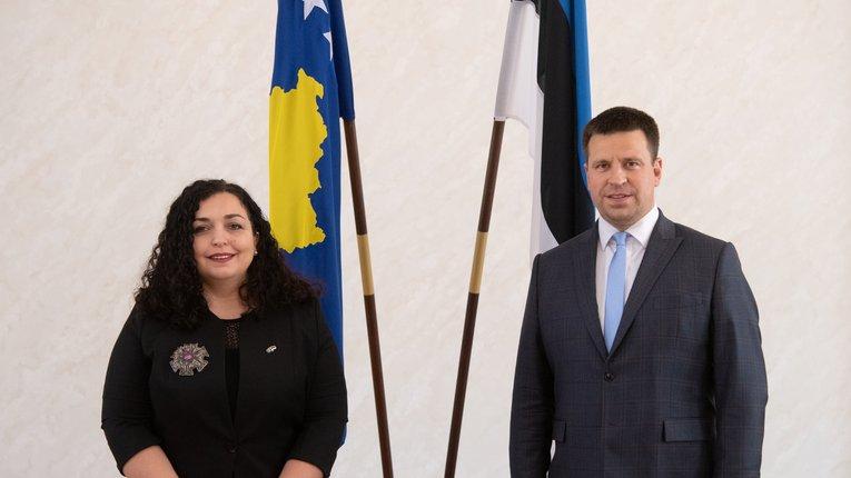 Президент Косова (ліворуч) і голова естонського Рійґікоґу (праворуч)