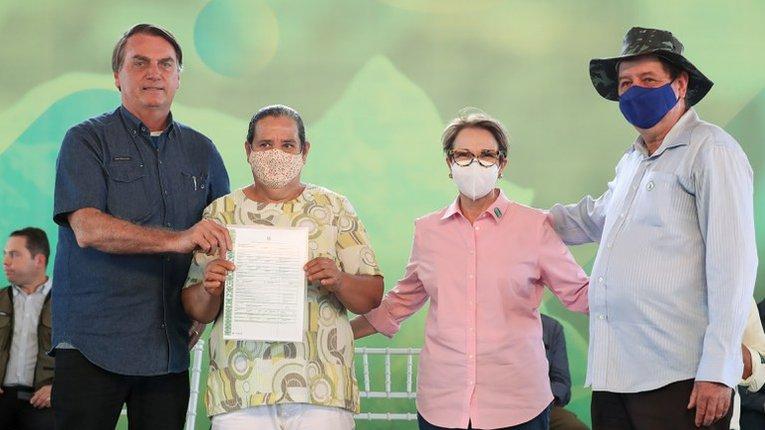 Ж. Болсонару (крайній ліворуч) з селянами