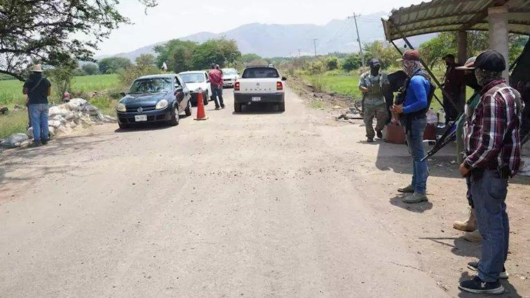 """Мексиканські селяни-""""дружинники"""" патрулюють вулиці"""