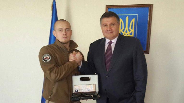 Арсен Аваков вручає нагородну зброю Олегу Ширяєву
