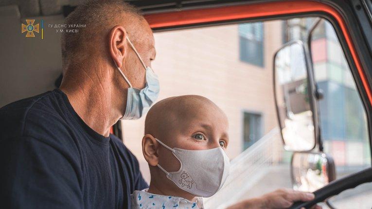 Рятувальники здійснили мрію хлопчика, який переміг страшний недуг і мріє тепер стати пожежником