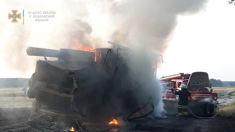 В Полтавському районі під час руху загорівся комбайн