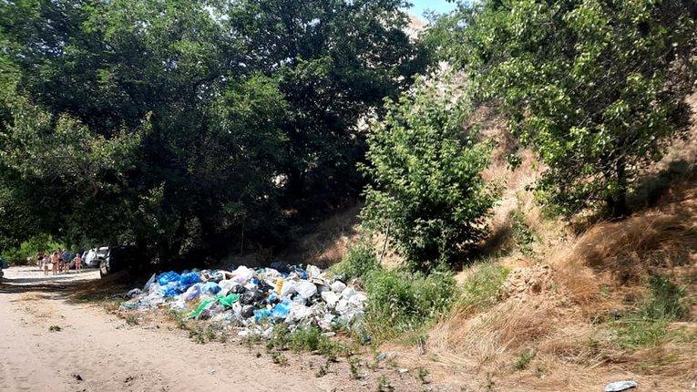 Гора Пивиха потопає у смітті, залишеного відпочивальниками