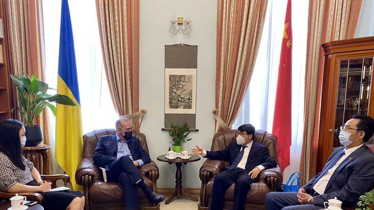 """Ґендиректор """"Інтерфакс-Україна"""" (другий ліворуч) у посольстві КНР в Україні"""