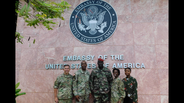 Полковник Мамаді Думбуя біля посольства США