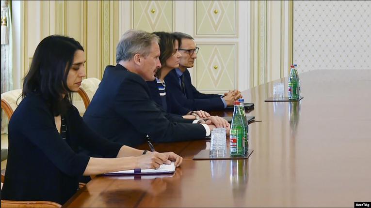 Дипломатка Робін Данніґан (між двома чоловіками) на зустрічі з президентом Азербайджану Ільгамом Алієвим, 2017 рік