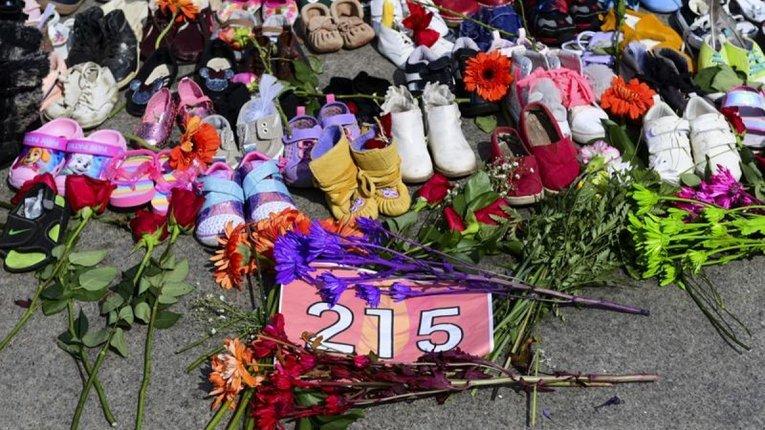 Приватизована трагедія: у Канаді політики танцюють на кістках 215 убитих дітлахів