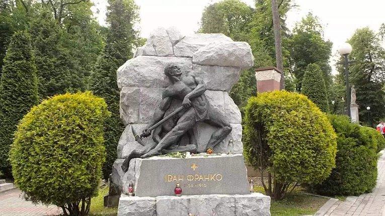 Надгробок на могилі Івана Франка на Личаківському цвинтарі у Львові створений Литвиненком