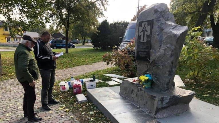 У Полтаві громадські діячі впорядковують меморіал жертвам Голодомору-геноциду